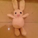 Tejer animales dos agujas. Un conejo.