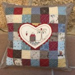 Cojín patchwork Hear and Home de Lynette Anderson