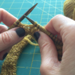 Cómo tejer un cuello en agujas circulares