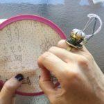 Acerico anillo en metal y tela