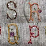Aprender a bordar letras S y Q con flores