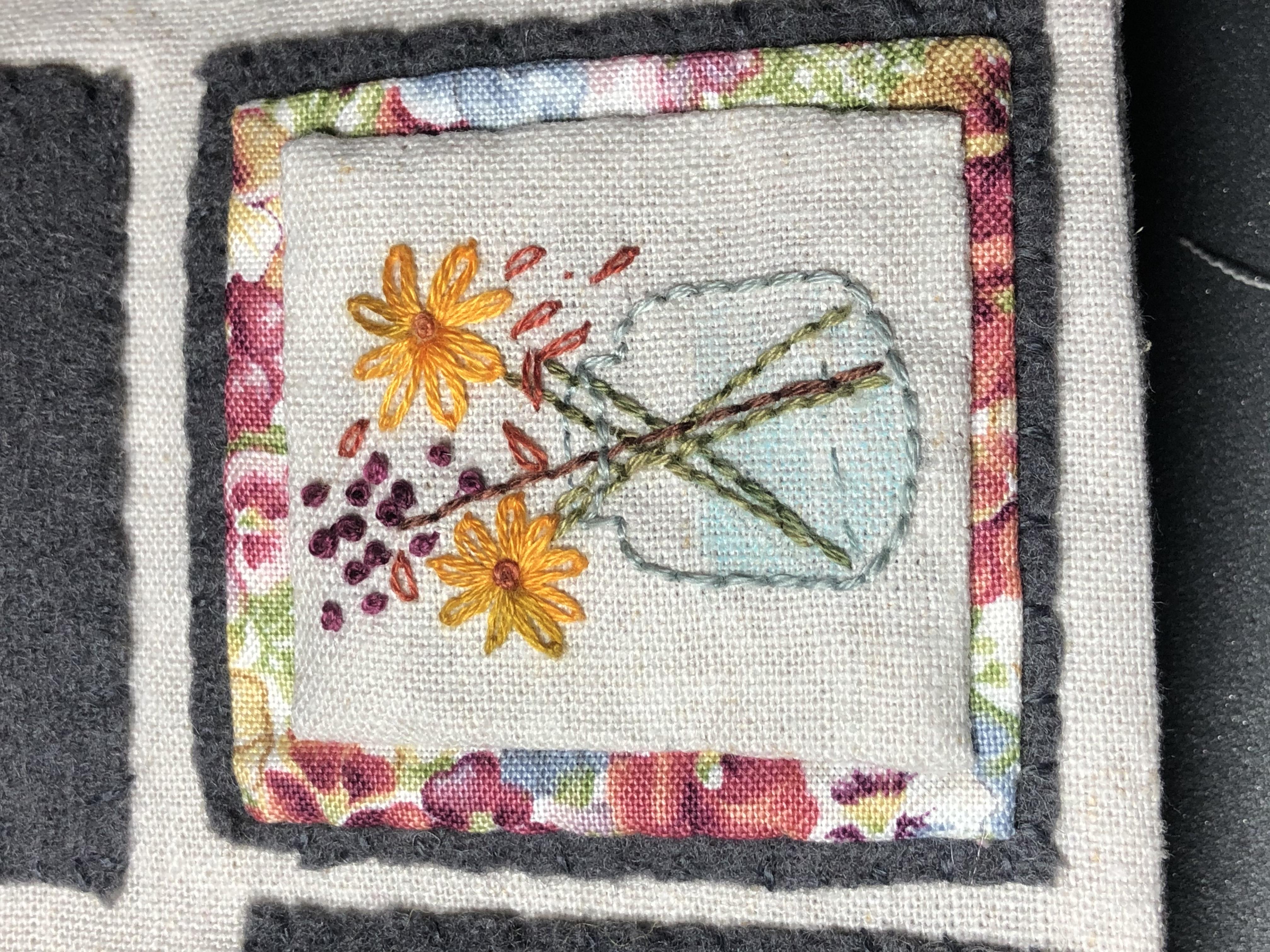 Cuaderno de bordado jarrón flores
